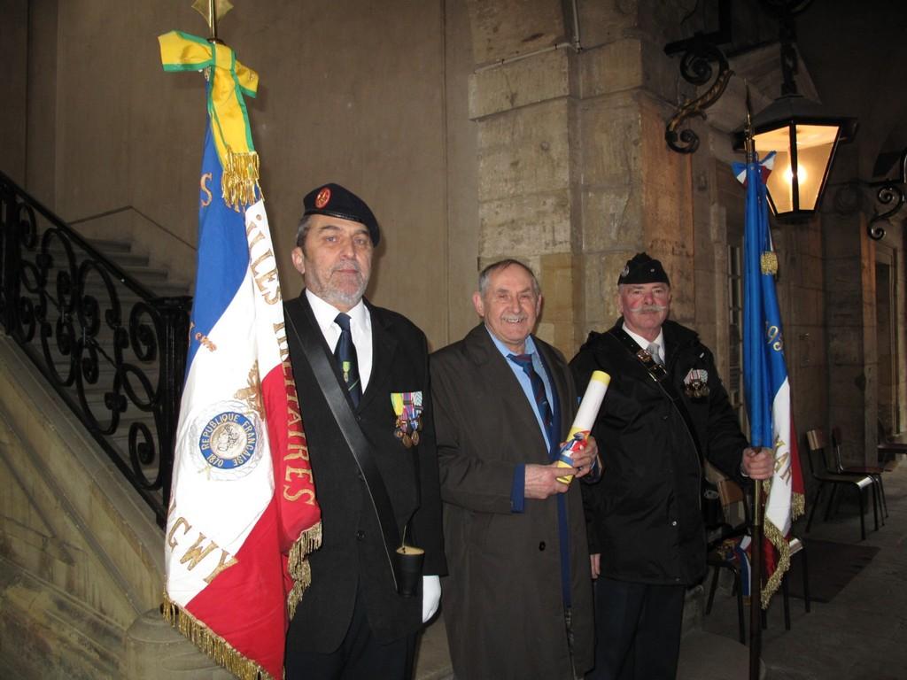 M. GEMBIS entouré du Porte-drapeau de la 84° Section de Longwy-Luxembourg et de la Section FNACA de LONGWY.