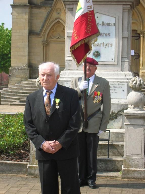 Le cérémonial est rehaussé par le porte-drapeau PIERRON Michel, chevalier de la Légion d'Honneur.