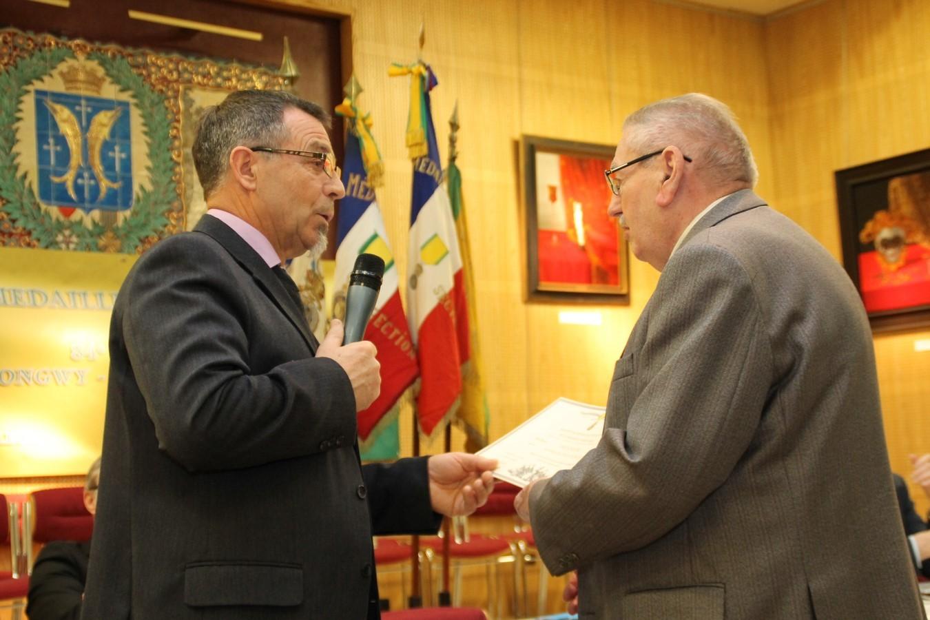Diplome d' Honneur remis à Jean Peyrou