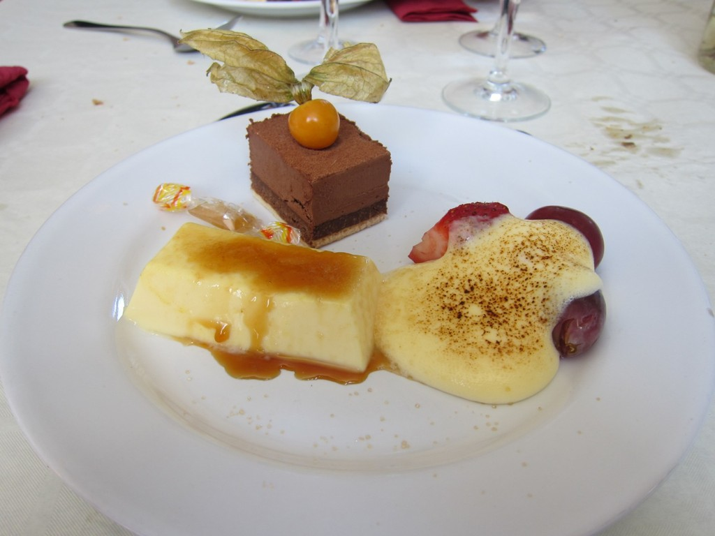 C'est après le dessert que le Pdt Poupel a offert le cadeau de l'UD