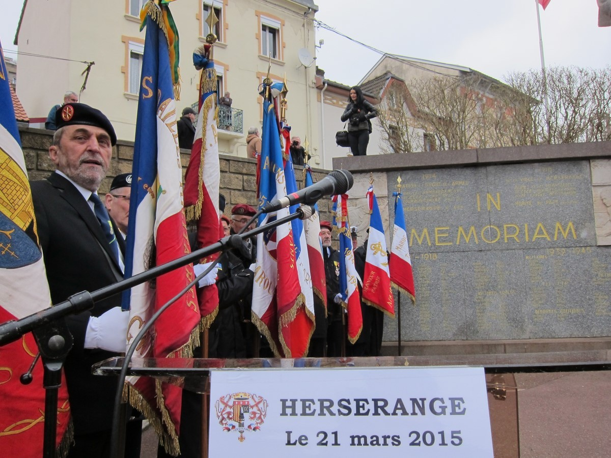 24 porte-drapeaux présents ....