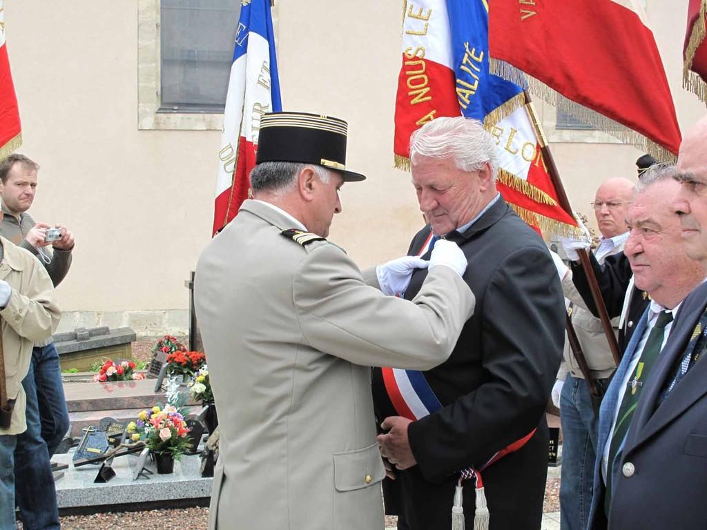 Remise à   ARNOULD Gérard    Adjoint au Maire de Villers-la-Montagne