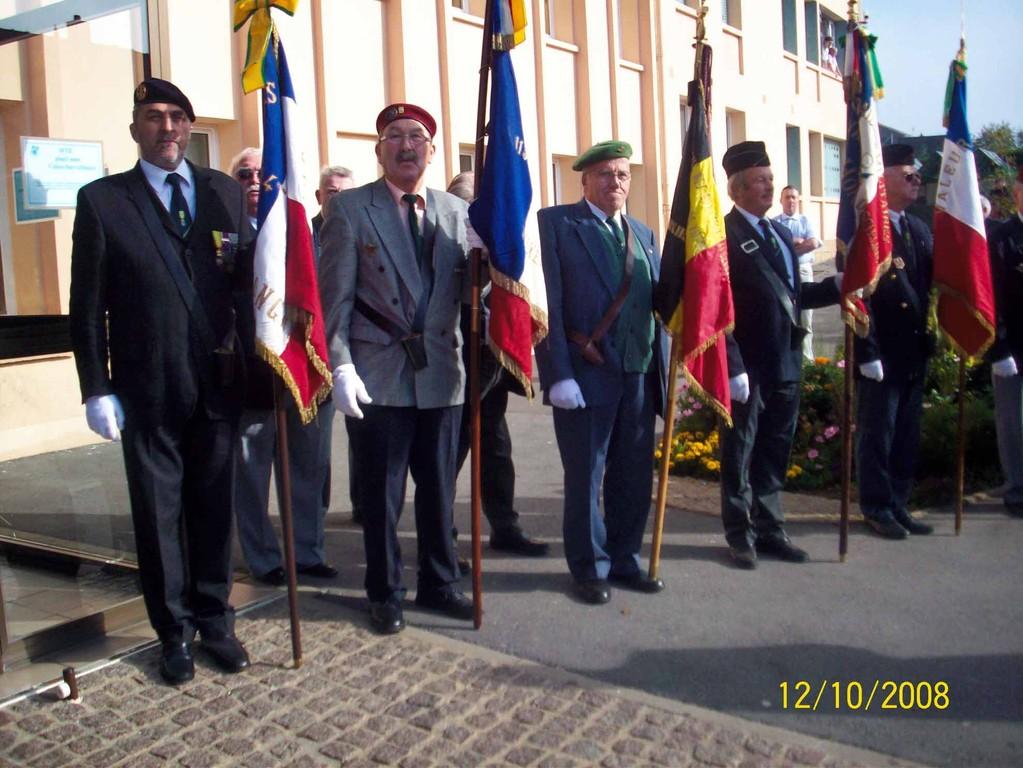 Les porte-drapeaux   (G à D)    CLAUSE Daniel - GUILLAUME  Claude