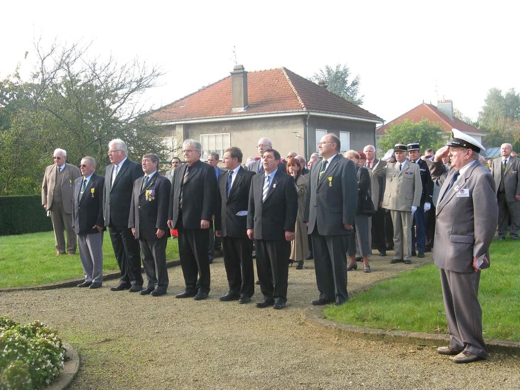 Les officiels devant l'Ossuaire