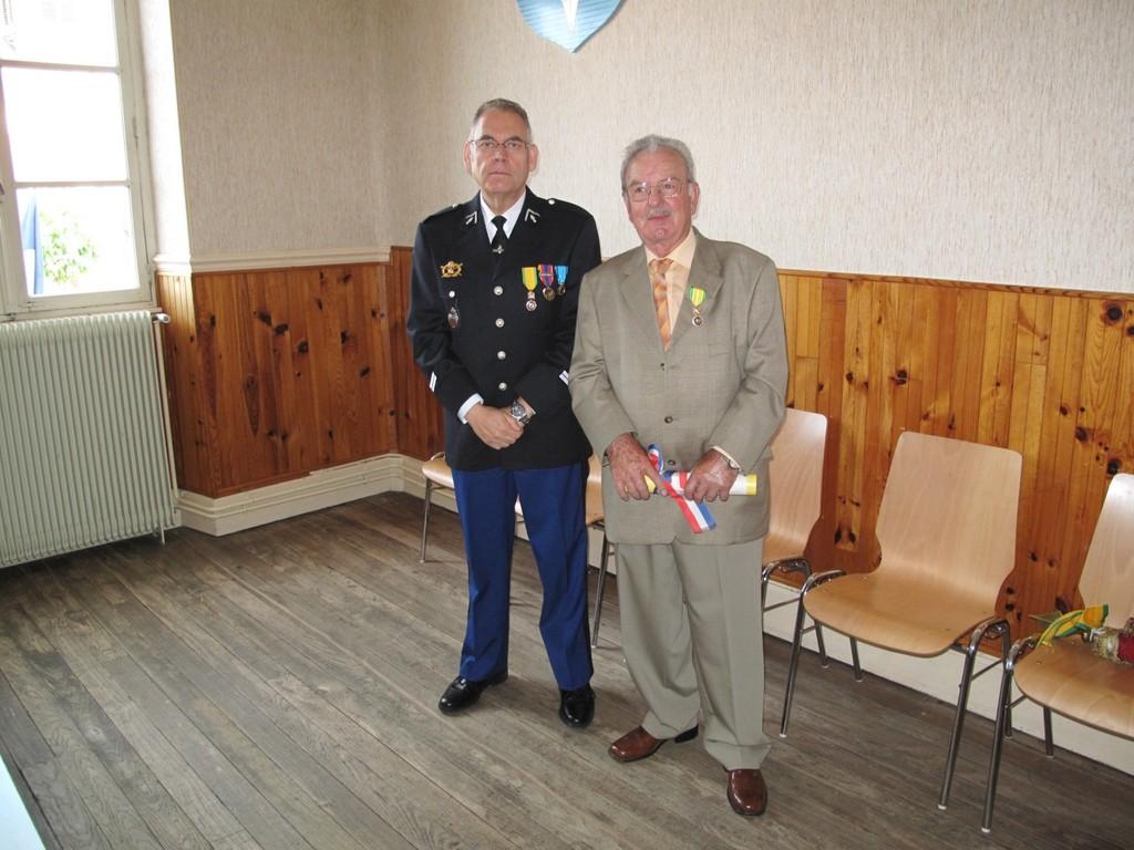 Lieutenant - Gendarmerie  VIROUX  a remis la Médaille Militaire