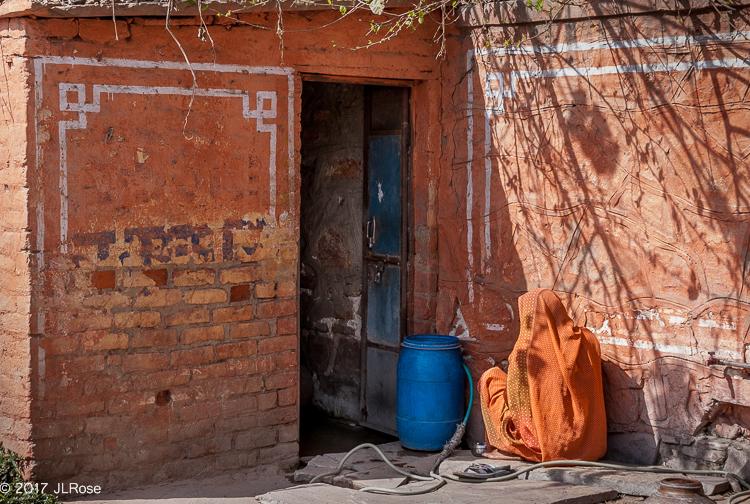Femme au sari orange au repos (Sanganer / Rajasthan).