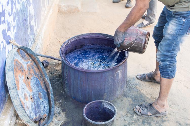 Récipient dans lequel est préparé un colorant bleu indigo pour imprimer des tissus en coton (Bagru / Rajasthan).