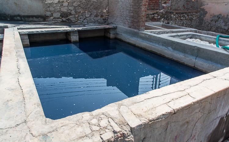 Bassin de rinçage des tissus imprimés à l'indigo (Bagru - Rajasthan).