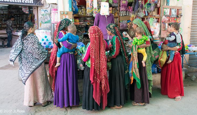 Femmes sur Kutch Gujarat, dont certaines sont en habit traditionnel (Bhuj / Gujarat - Inde).