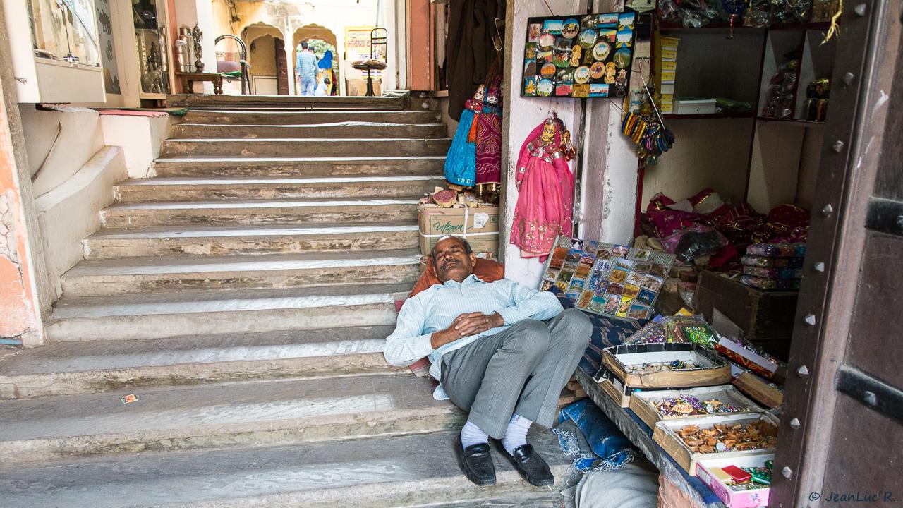 En attendant le client (vendeur de bijoux et de petites babioles - Jaipur / Rajasthan)