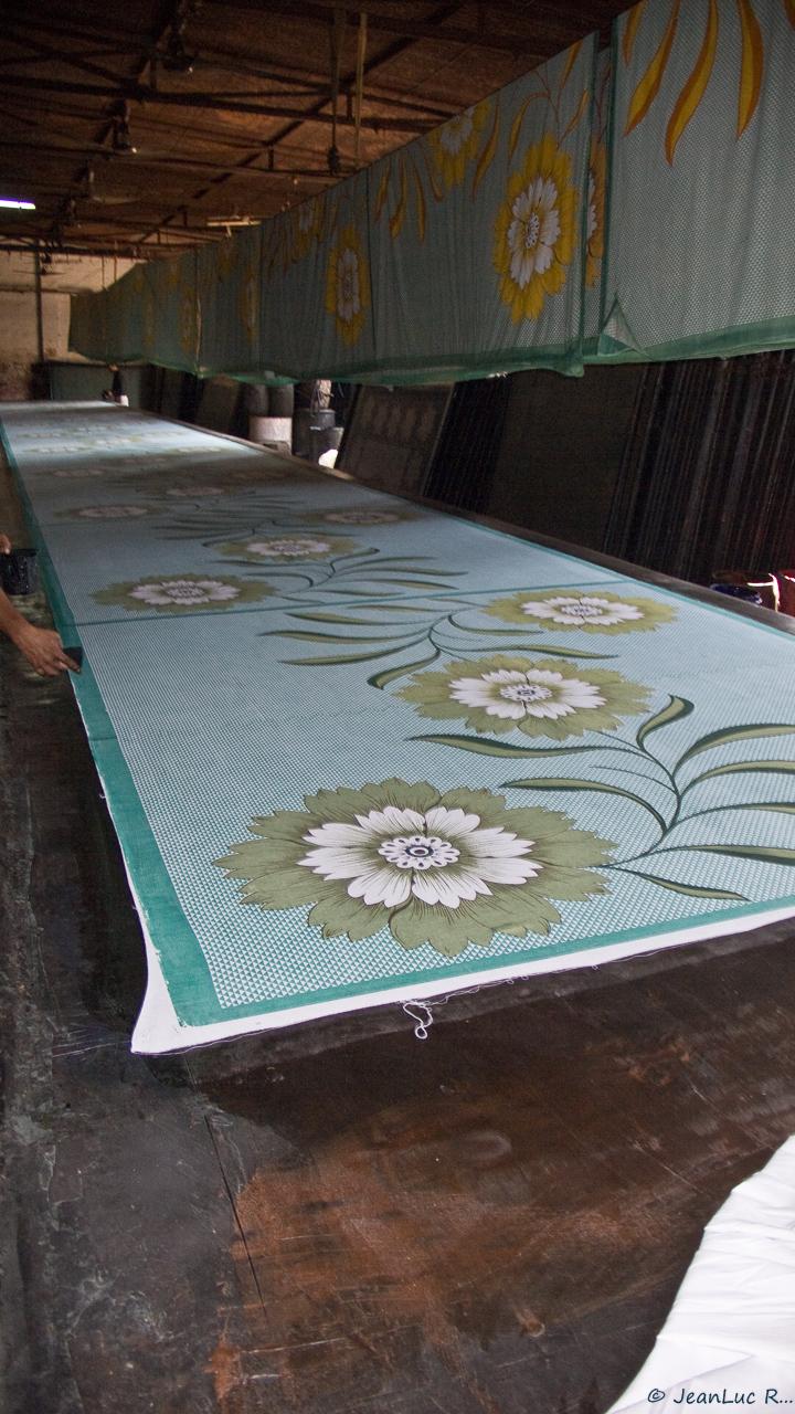 Lorsque l'impression du motif est terminée, le tissu est mis à sécher dans la même pièce ou étendu au soleil sur le sable d'une cour ou d'un champ.