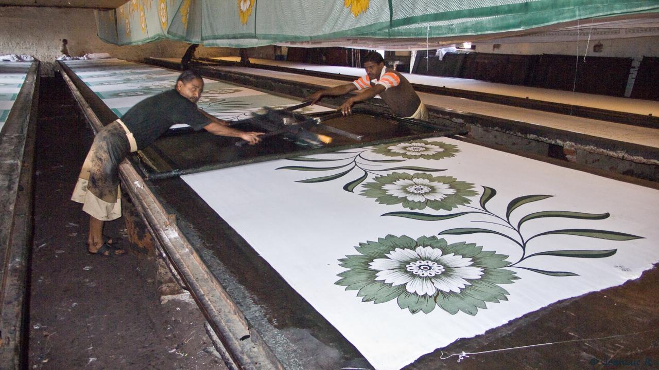 Les dimensions d'un coupon de tissu imprimé au cadre ou au tampon de bois dépassent rarement les 120 à 150 cm de largeur et les 10 mètres de long.