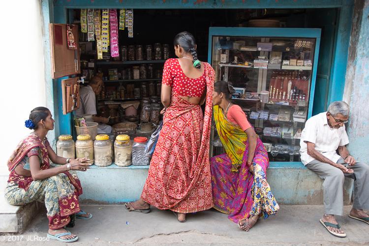 Femme au sari rouge devant une boutique d'épices (Bhuj / Gujarat - Inde)