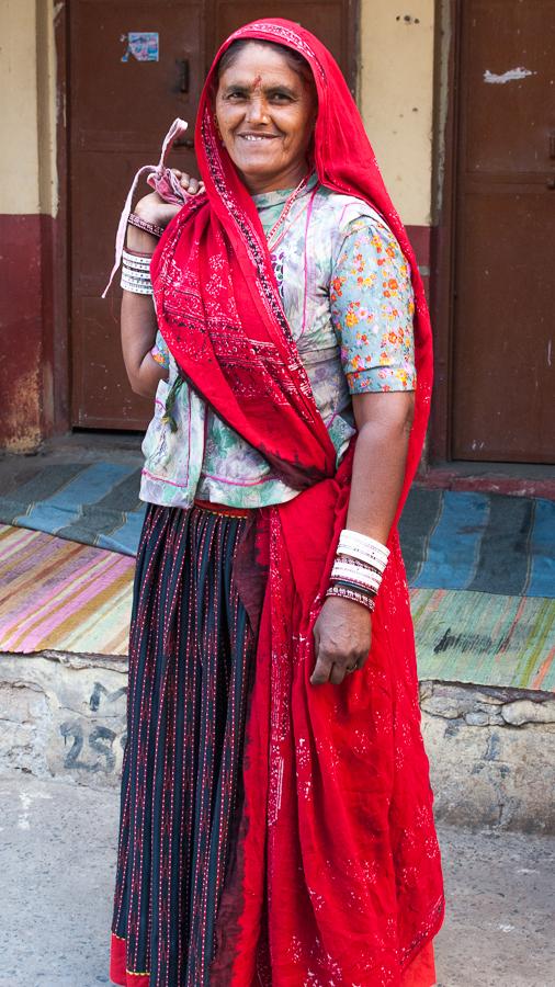 Lorsqu'un ghaggra (jupe) imprimé est porté par une femme mariée dont le mari est encore en vie, une large bordure rouge est ajoutée à l'ourlet.