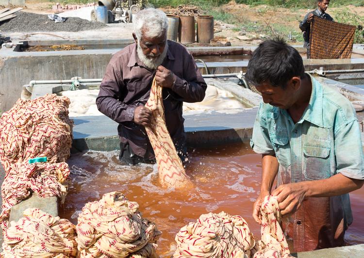 Bassin de nettoyage des tissus ajrak, une des étapes dans la fabrication de ces tissus (Bhuj - Gujarat).
