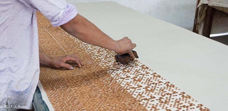 Impression d'un motif géométrique complexe demandant de nombreux tampons de bois sur un tissu en coton (Bhuj - Gujarat - Inde).