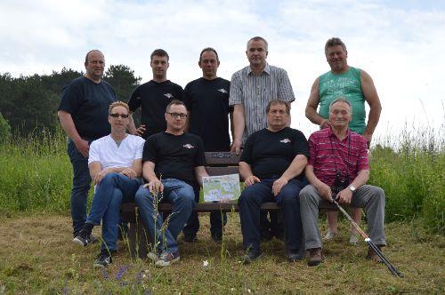 Kameraden der FFW UIssigheim nach Aufstellung der Ruhebank mit Initiator Harald Nahm und Johannes Bergauer