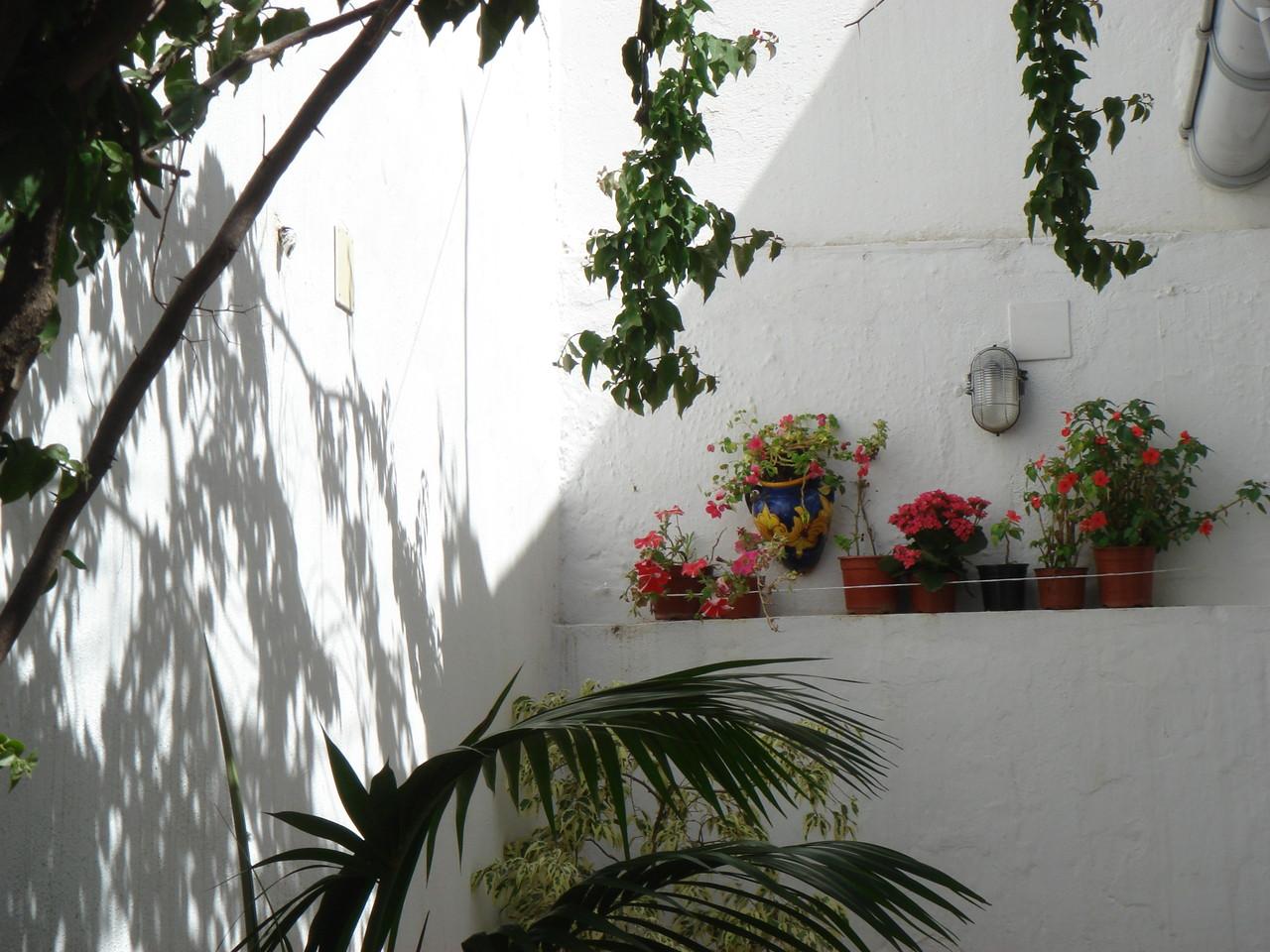 品の良い白壁の家