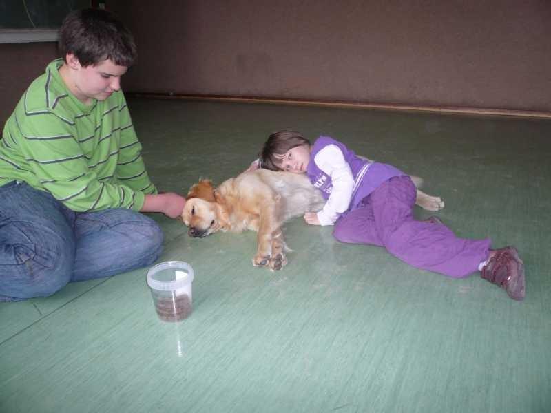 C. hört Krümels Herz schlagen, D. streichelt dabei den Hund