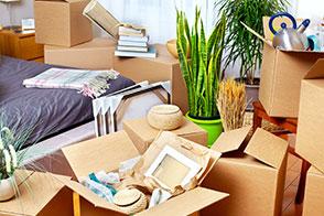 Überfüllte Wohnung mit vielen Kartons.
