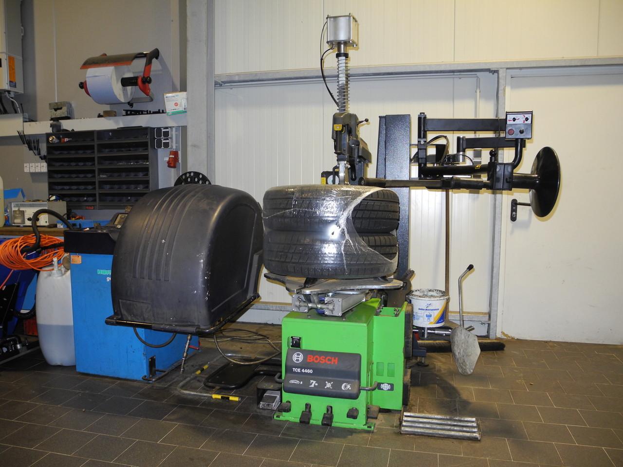moderne Reifenmontagegeräte (auch Runflatreifen) und Wuchtgeräte