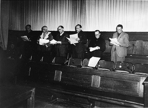 Die Angeklagten im Flick-Prozess: Bernhard Weiss, Friedrich Flick, Odilo Burkart, Konrad Kaletsch, Otto Steinbrinck, Hermann Terberger (vlnr.) (Quelle: USHMM)