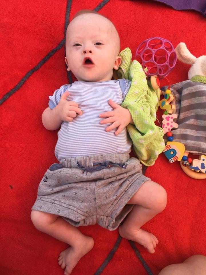Mattia Kollros mit neun Lebensmonaten spielt am Boden und ist seit vier Wochen zu Hause.