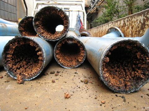 交換される水道管