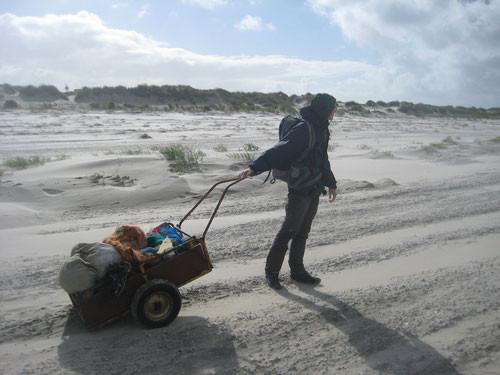 Ein mühsames Unterfangen mit einem Handwagen...! Nationalparkwacht bei der Strandmüll-Entsorgung (05.09.2015)