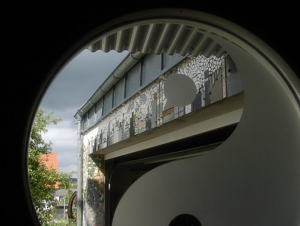 Blick aus der Haustür nach draußen.