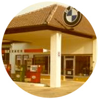 Texaco-Tankstelle und BMW Verkaufsgebäude.