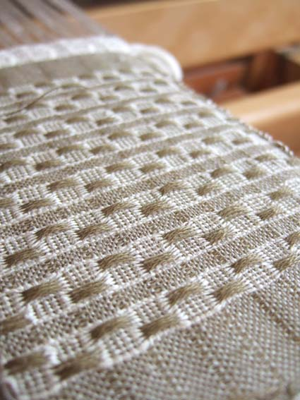 富沢麻子さんの木と髙橋亜希子さんの陶との、コラボ作品用の小さい布を織っています。