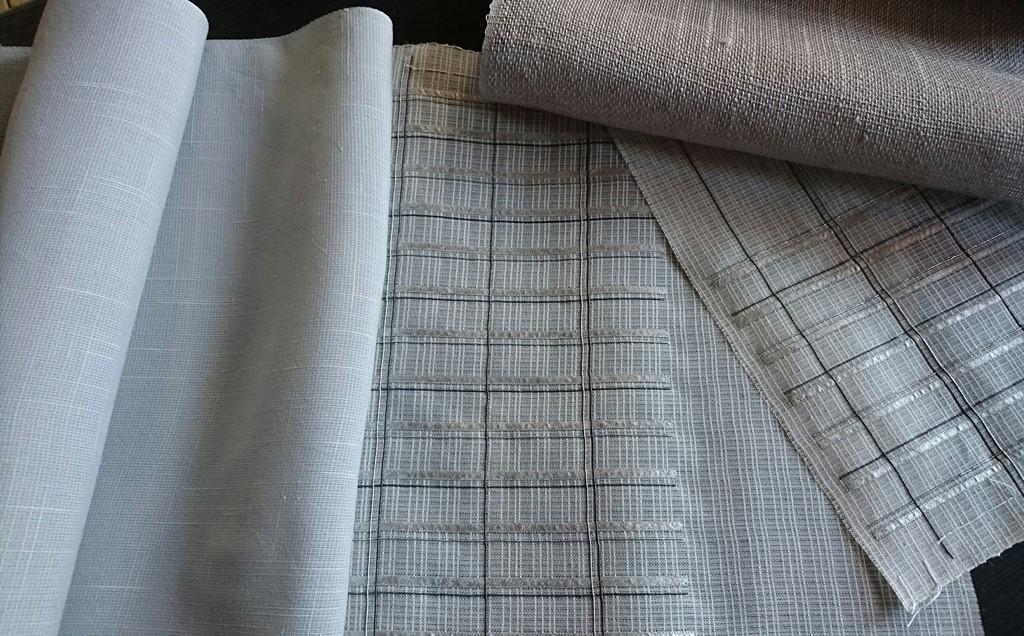 刺繍の終わった布と色々な風合の紗紬を組合せる