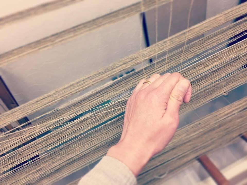 「整経(せいけい)」と呼ばれる作業。  これから織る布の長さ・幅・経糸の順番を決める大事な工程です。