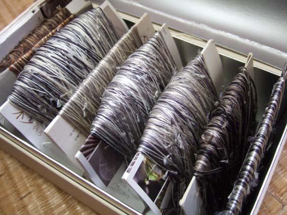 織りきれずに残った短い経糸たちを、つないで作ったつなぎ糸です。日々のすきま時間につないだものです。