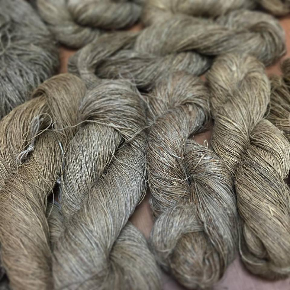 西川が織りに使用する主な素材は手紡ぎのいらくさ糸と大麻糸。   ネパールの村人たちが手紡ぎしている糸を直接日本に送ってもらい、   糸質によって選別して使います。