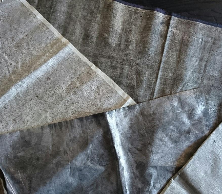 色々な表情の金属箔布をつくり切嵌繍の材料に