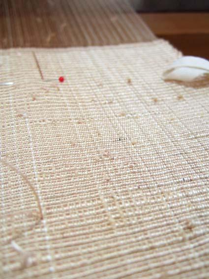 つなぎ糸を経糸に使った半幅帯です。つなぎ目がぴんぴんと表面にあらわれます。