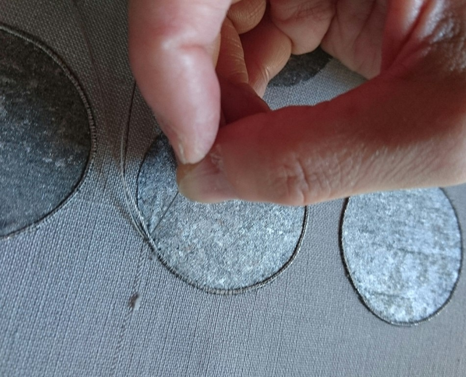 箔布切嵌繍         箔布を地共糸でとめつけたあと輪郭を刺繍