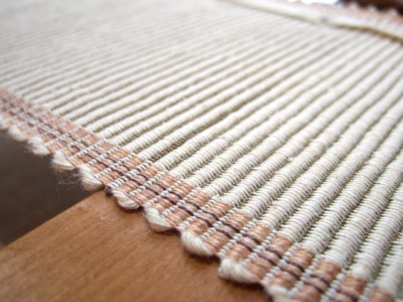 かたく加工した絹と麻を使った、リバーシブルの半幅帯です。
