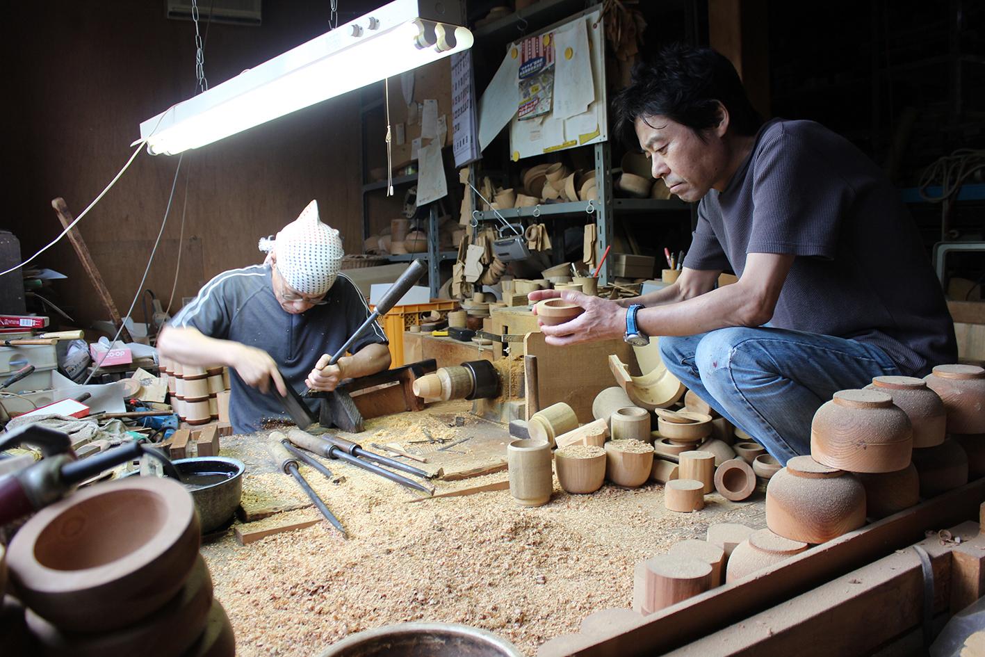 木地師さんと話し合いながら、削りながらデザインを決めていく。