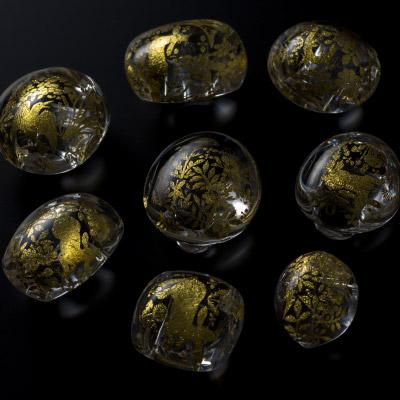由良 園:ガラスをキャンパスに金箔で描かれた帯留