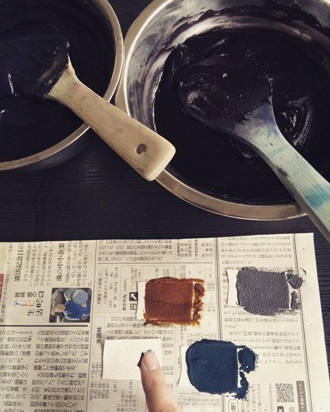 沢山の色を糊に混ぜ、時間をかけて色だしをします