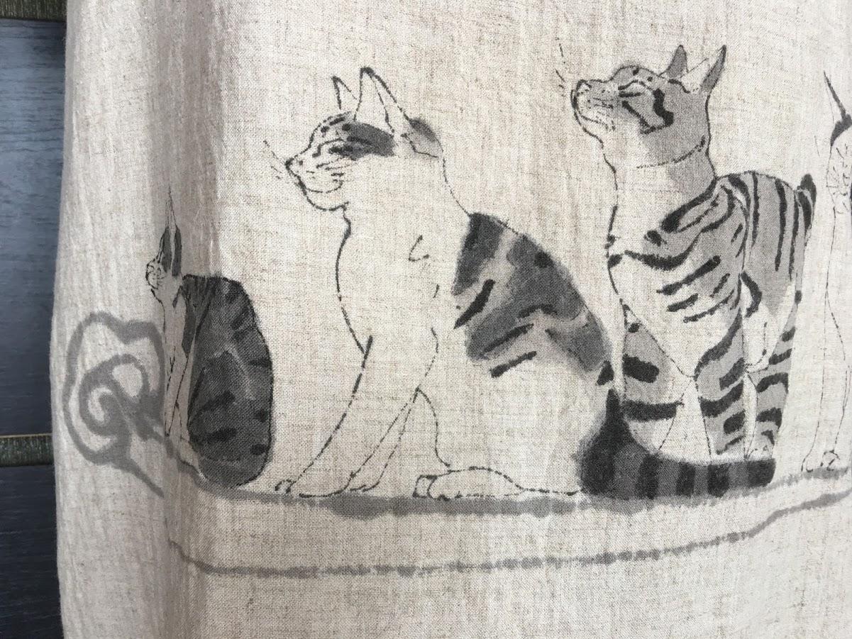 麻のジャンパースカートに描いた猫。今回は綿絽の浴衣に描きます。