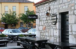 """Kroatien - Konoba """"Stari mlin"""" am Hafen neben der Post in Betina"""