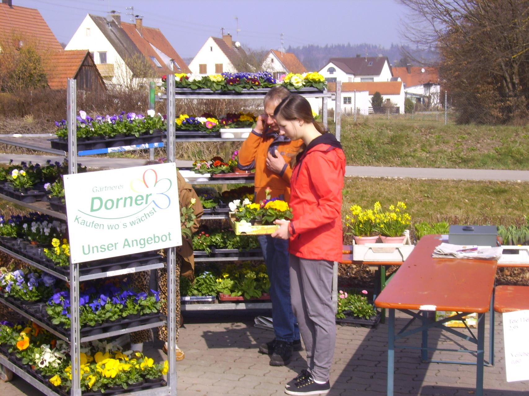 Unser Blumenmann - Manfred (Baude) verkauft für die Gärtnerei Dorner / die Einnahmen gehen an den neuen Gartenbauverein!