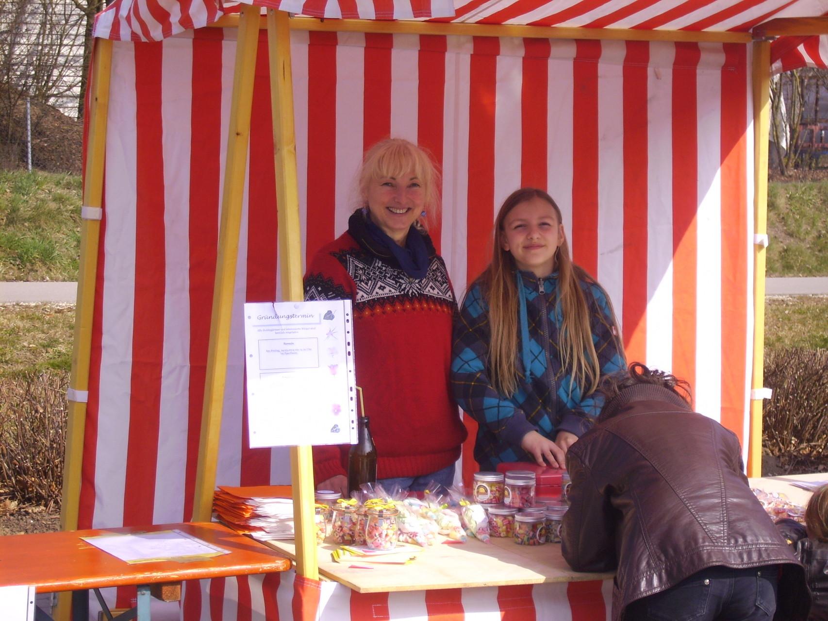 Zwei GUZZI-Frauen / Oma und Enkelin verkaufen GUZZIS aus Augsburg - Ein tolles Team! Den Beiden hat es richtig Spaß gemacht!
