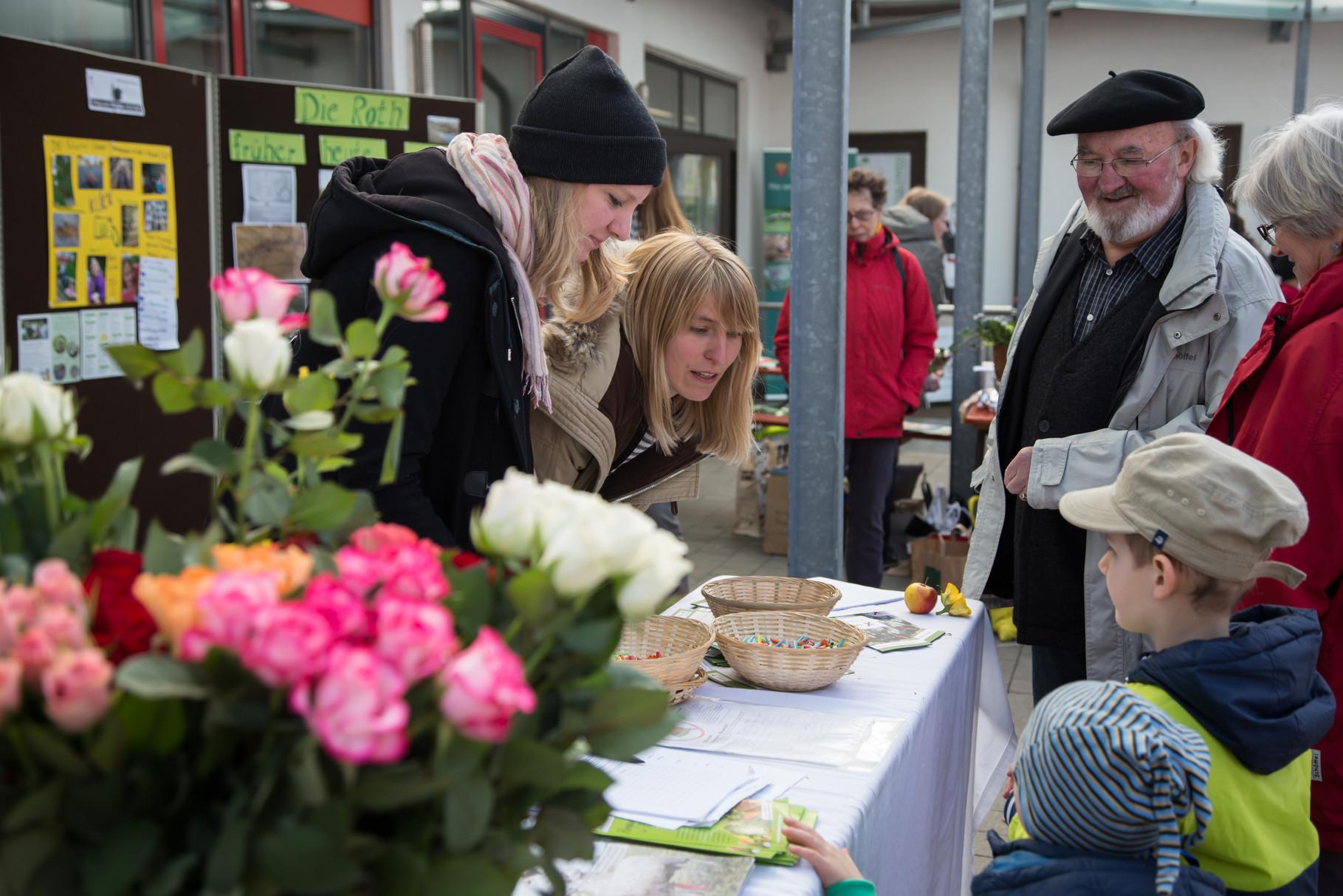 """Tombola mit tollen Preisen! Die schönen fair gehandelten Rosen wurden am Weltfrauentag verschenkt - die Spenden für die Rosen gehen an den """"Bunten Kreis"""" (Tour Ginkgo)"""