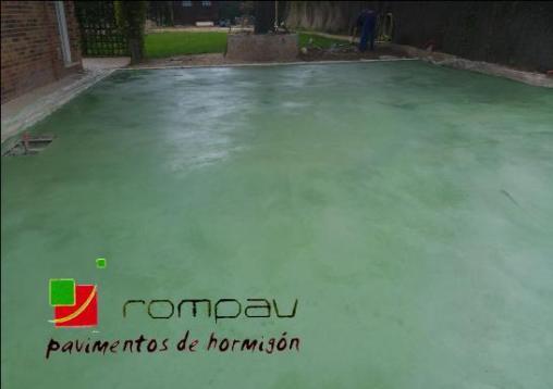 Suelo de hormigón pulido Rompav color verde en Las Rosas