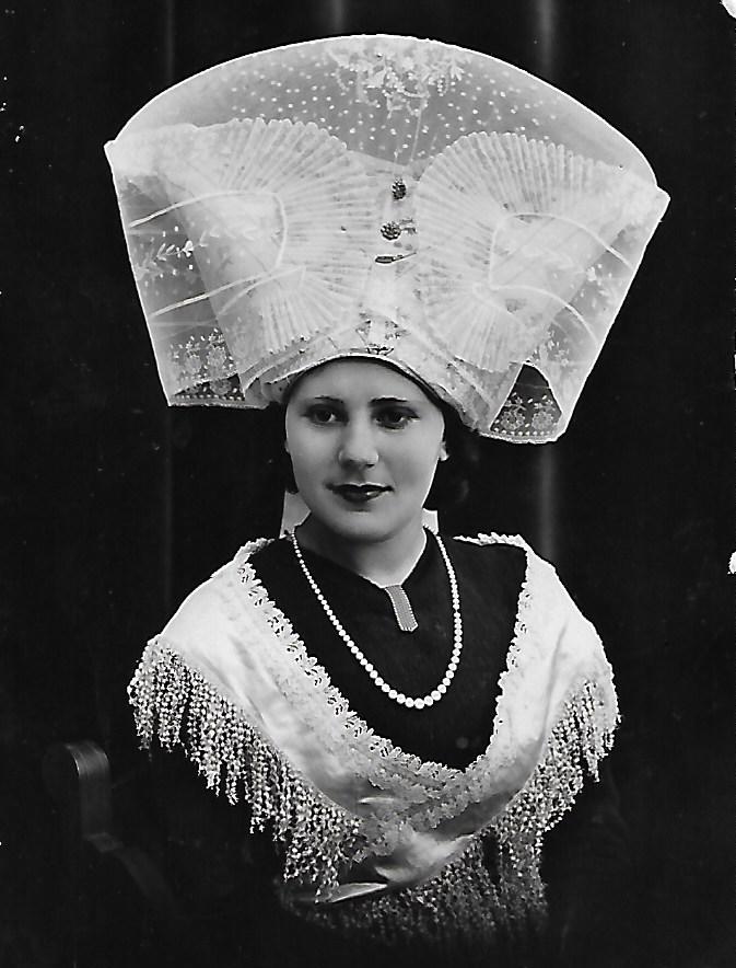 L'arrière grand-mère, effigie d'une carte postale avec la coiffe d'époque